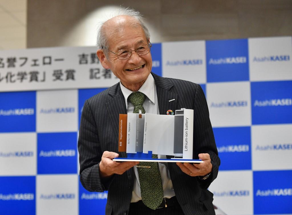 Akira Yoshino หนึ่งในผู้ได้รับรางวัลโนเบลสาขาเคมี ปี 2019 จากการพัฒนาแบตเตอรีลิเที่ยม ไอออน พร้อมโชว์แบบจำลอง แบตเตอรีลิเที่ยม ไอออน (Kazuhiro NOGI / AFP)