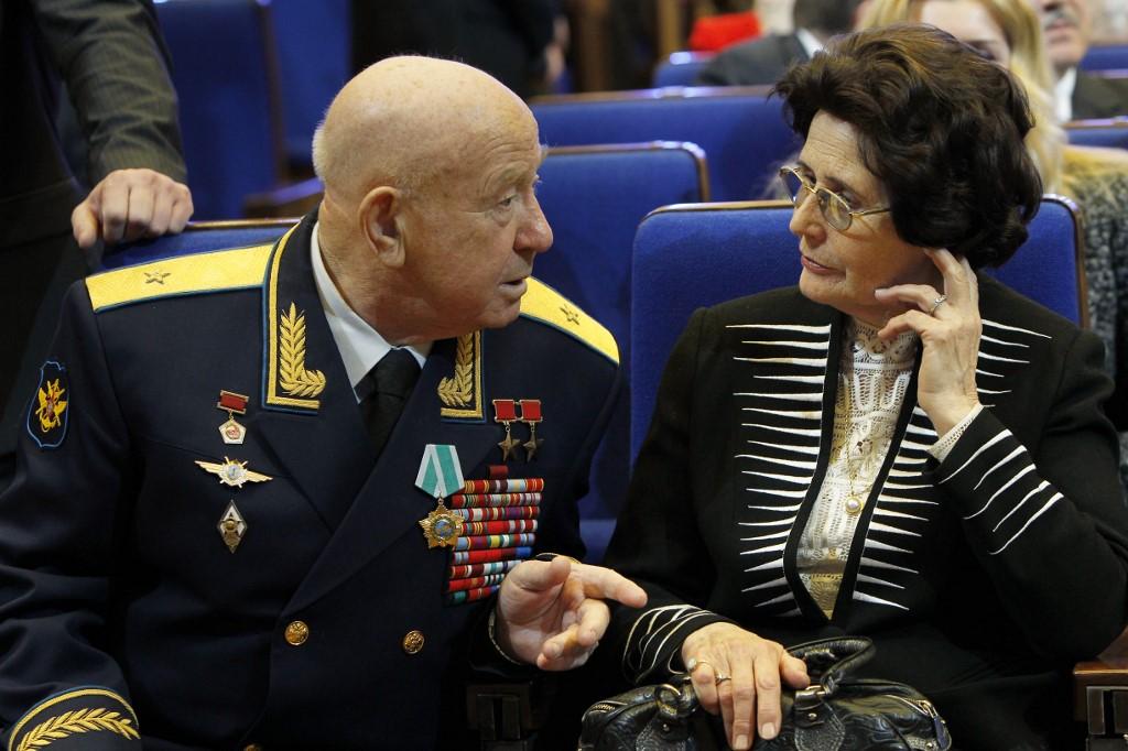 อะเล็กซี ลีโอมอฟ ขณะคุยกับวาเลนตินา ( Valentina) ภรรยายม่ายของ ยูริ กาการิน เมื่อ 12 เม.ย.2011 (SPUTNIK / AFP )