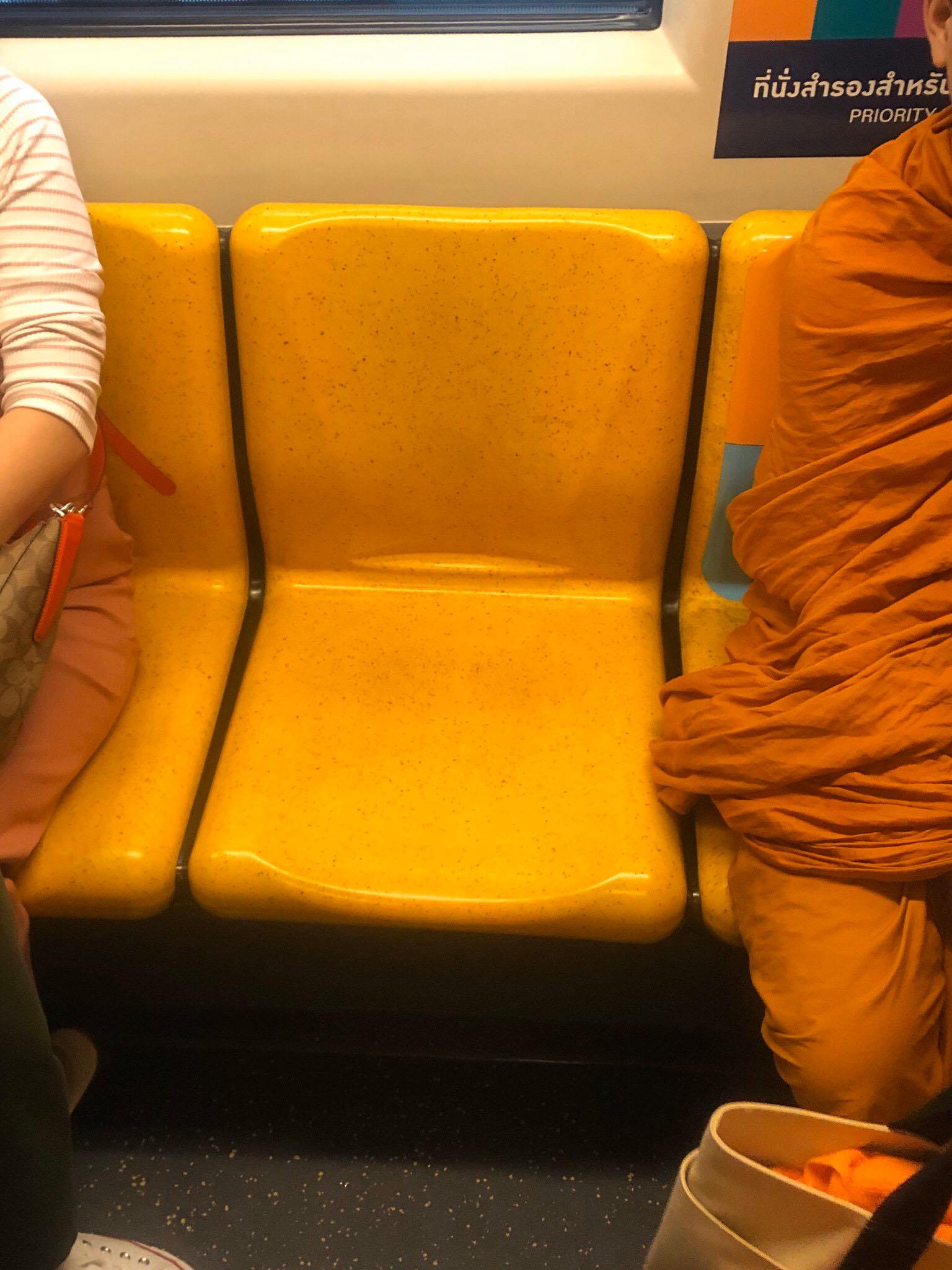 """สาวโพสต์ระบาย นั่งบีทีเอส """"ที่นั่งพิเศษ"""" พระขึ้นกลางทางโดนผู้โดยสารไล่"""