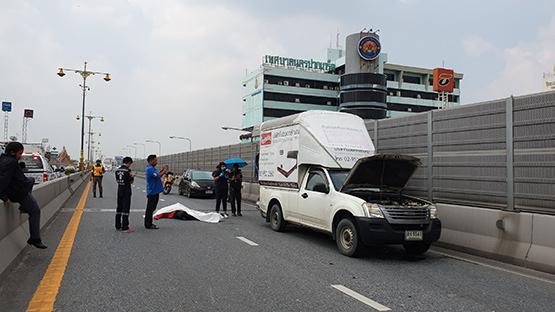 หนุ่มขี่จยย.พุ่งชนท้ายรถกระบะบนสะพานพระราม 4 เสียชีวิต