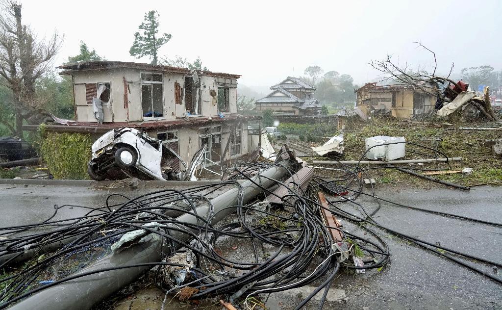 """""""ไต้ฝุ่นฮากิบิ"""" ทำอากาศแปรปรวน เกิดทอร์นาโดพัดถล่ม """"อิชิฮาระ"""" ไฟดับ-บ้านเรือน-เสาไฟฟ้า-รถยนต์ เสียหายหนัก"""