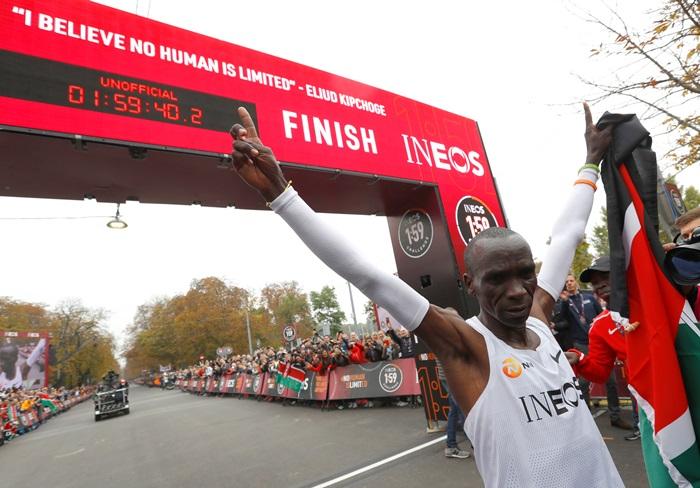 """ทำความรู้จัก """"อีเลียด คิปโชเก้"""" ปอดเหล็กแห่งเคนย่า ชายผู้ทำลายขีดจำกัดมนุษย์ วิ่งมาราธอนเร็วกว่า 2 ชม."""