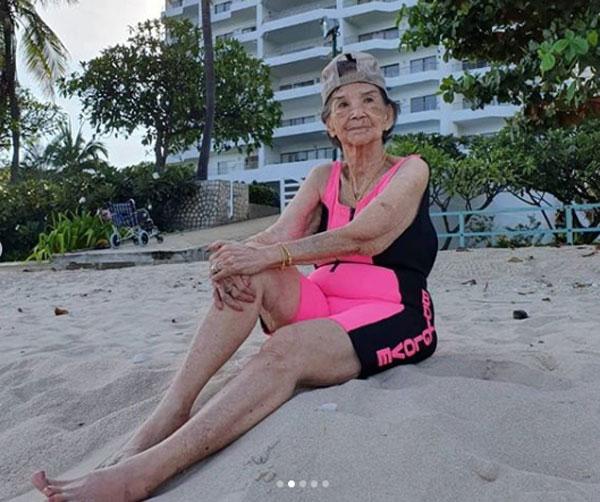 """ยังแข็งแรงนะจ๊ะ """"คุณยายมารศรี"""" สดใสเที่ยวทะเลในวัย 98"""