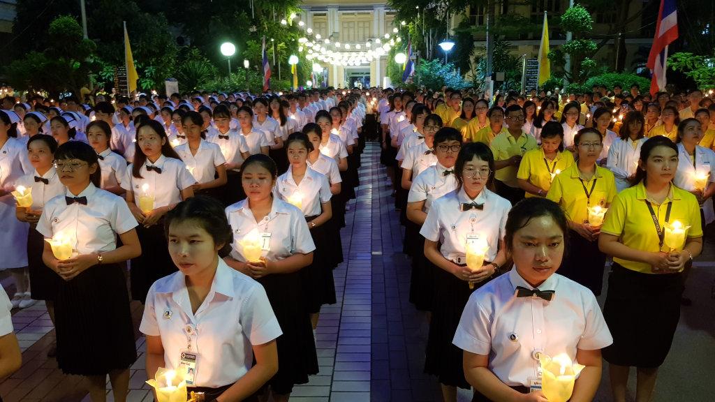 """ศิริราชสว่างไสวด้วยแสงเทียน ถวายสักการะ """"ในหลวง ร.๙"""" มุ่งสืบสานพระราชปณิธาน"""