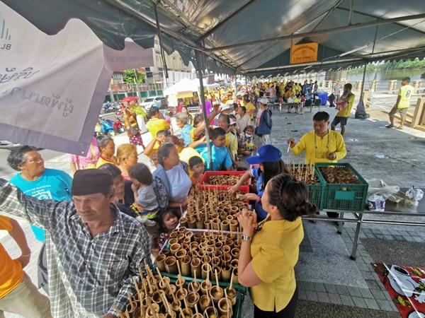 ผู้ประกอบการเมืองแปดริ้ว รวมตัวแจกอาหารฟรีถวายพระราชกุศลในหลวง ร.๙