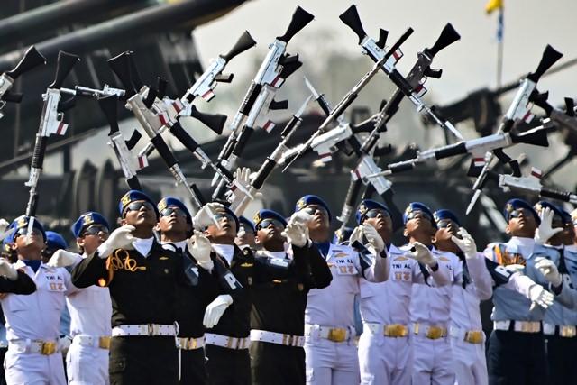 ทหารกำลังออกท่าทางในระหว่างพิธีหนึ่งในวันครบรอบ 74 ปีกองทัพอินโดนีเซียที่ฐานทัพอากาศฮาลิมในกรุงจาการ์ตา
