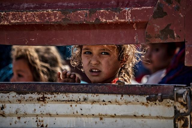 พลเรือนชาวซีเรียเชื้อสายอาหรับและเคิร์ดเดินทางถึงเมืองทาลทัมร์ในจังหวัดฮาซาเกห์ของซีเรีย หลังจากหลบหนีการทิ้งระเบิดของตุรกีในหลายเมืองทางตะวันออกเฉียงเหนือเลียบชายแดนตุรกี (10 ต.ค.)