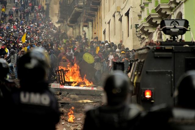 ผู้ชุมนุมปะทะกับตำรวจปราบจลาจลในกรุงกีโตเมื่อวันที่ 9 ต.ค. วันที่สองของการประท้วงรุนแรงจากคำสั่งเพิ่มราคาเชื้อเพลิงของรัฐบาลเพื่อให้ได้รับเงินกู้ไอเอ็มเอฟ