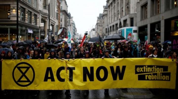 """นักเคลื่อนไหวโลกร้อนชุมนุมปิดถนน """"ย่านการเงิน"""" ของลอนดอน"""