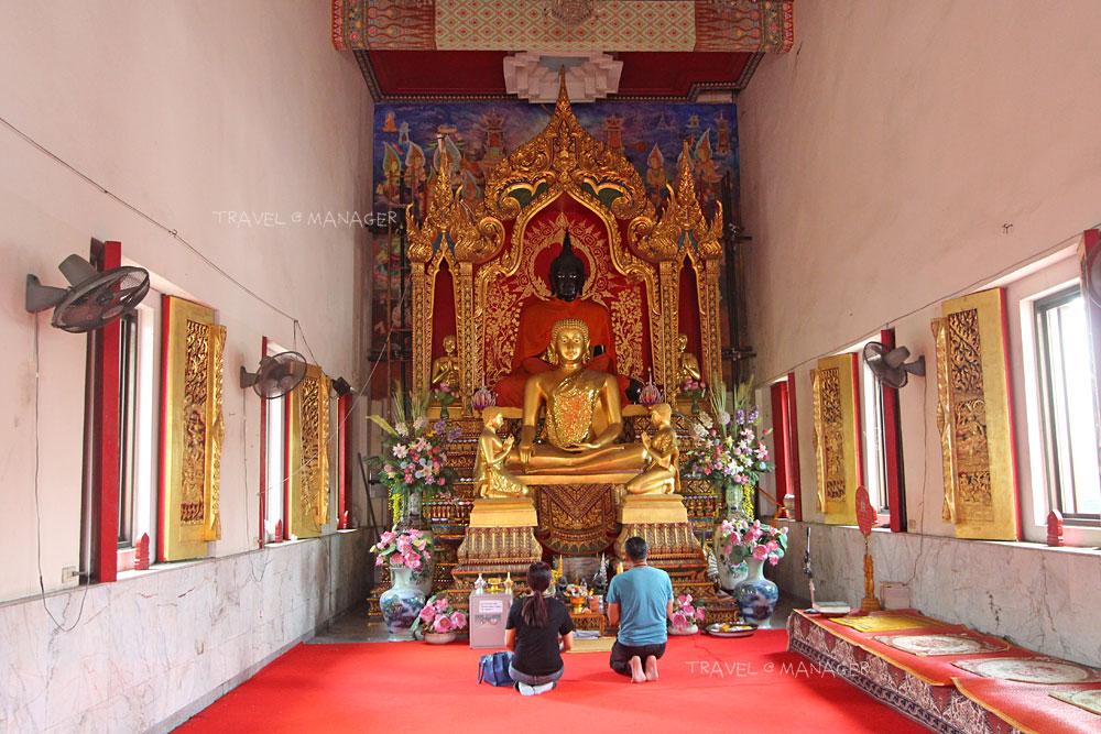 กราบพระพุทธรูปด้านในพระอุโบสถ