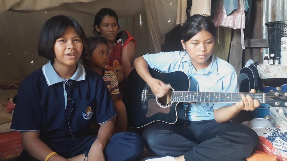 ไพเราะจับใจ! พี่น้องสองสาวเสียงสวรรค์สู้ชีวิต ร้องเพลงหาทุนเรียน-เลี้ยงน้อง