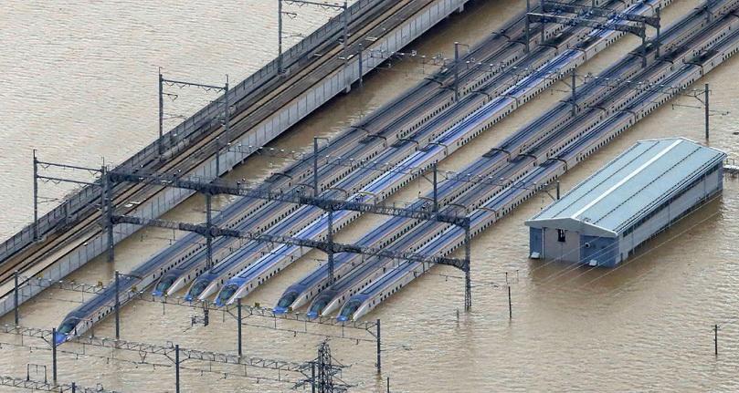 รถไฟชินคันเซ็นหลายขบวนจอดแช่น้ำอยู่ที่จังหวัดนางาโนะ หลังเกิดน้ำท่วมใหญ่จากอิทธิพลของไต้ฝุ่นฮากิบิส ภาพถ่ายเมื่อวันที่ 13 ต.ค.