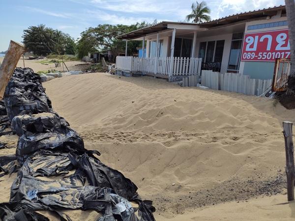 สุดจะทน.. ชาวบ้านทุ่งประดู่ ประกาศขายบ้าน-ที่ดินแล้ว พบคราบคาร์บอนสีดำในถุง บิ๊กแบ็ค