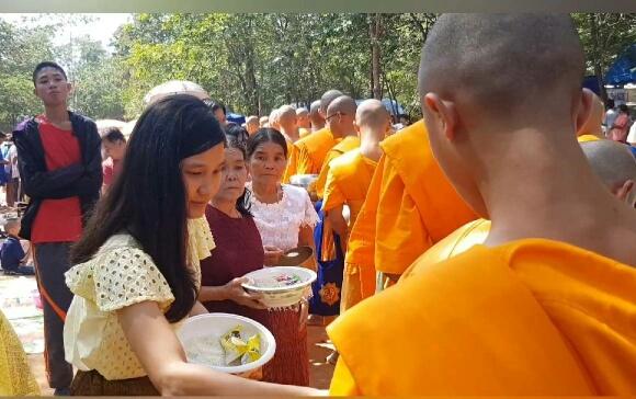 ชาวไทย- กัมพูชา เกือบ 2 พันคนร่วมกิจกรรมตักบาตรร่วมชาติ ณ.ปราสาทเขาโล้น จ.สระแก้ว