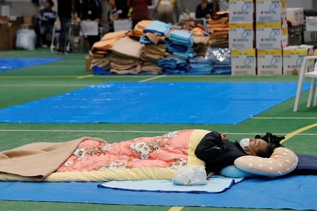 """InPics& Clip: นายกฯญี่ปุ่นประกาศต้องจัดการหลัง """"คนเร่รอน"""" ถูกกันไม่ให้เข้าศูนย์พักพิงโตเกียวหนีไต้ฝุ่นฮาบิกิส ดับเพิ่ม 74"""