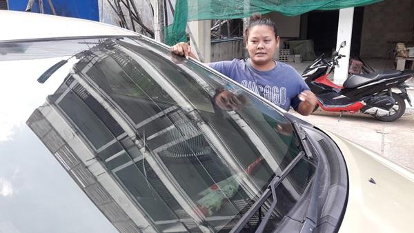สาวเมืองเพชรวิ่งโล่ ร้องสื่อ นั่งร้านล้มทับรถยนต์เสียหายเจ้าของไม่รับผิดชอบ