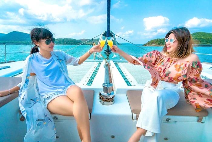 """ททท. กระตุ้นท่องเที่ยวปลายปี เปิดตัวแคมเปญ """"ร้อยเดียวเที่ยวทั่วไทย""""- """"เที่ยววันธรรมดาราคาช็อกโลก"""""""