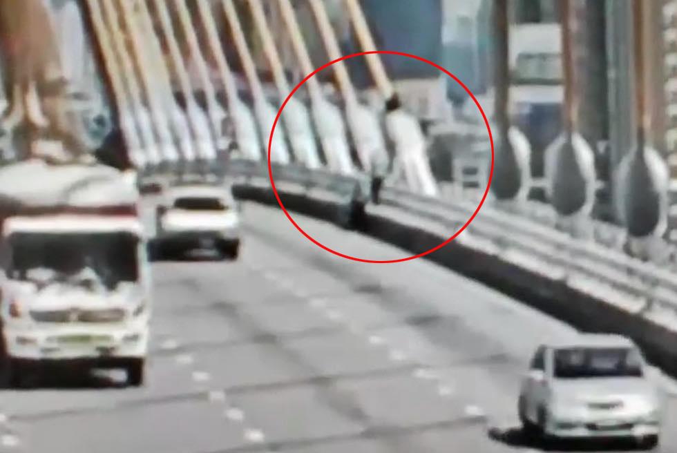 กล้องวงจรปิด จับภาพนาที นักศึกษากระโดดสะพานสะพานภูมิพล ดิ่งเจ้าพระยา