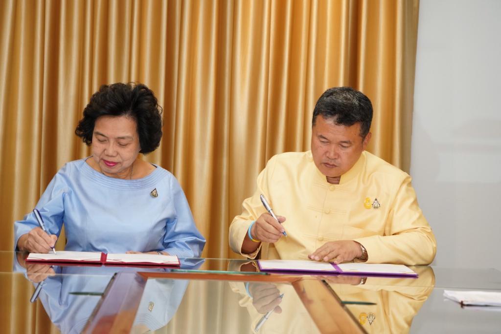 สภาสตรีฯ ผนึกพลังกับ พช. รณรงค์ใส่ผ้าไทยทั่วประเทศหนุนเศรษฐกิจชุมชนกว่า 9 พันล.
