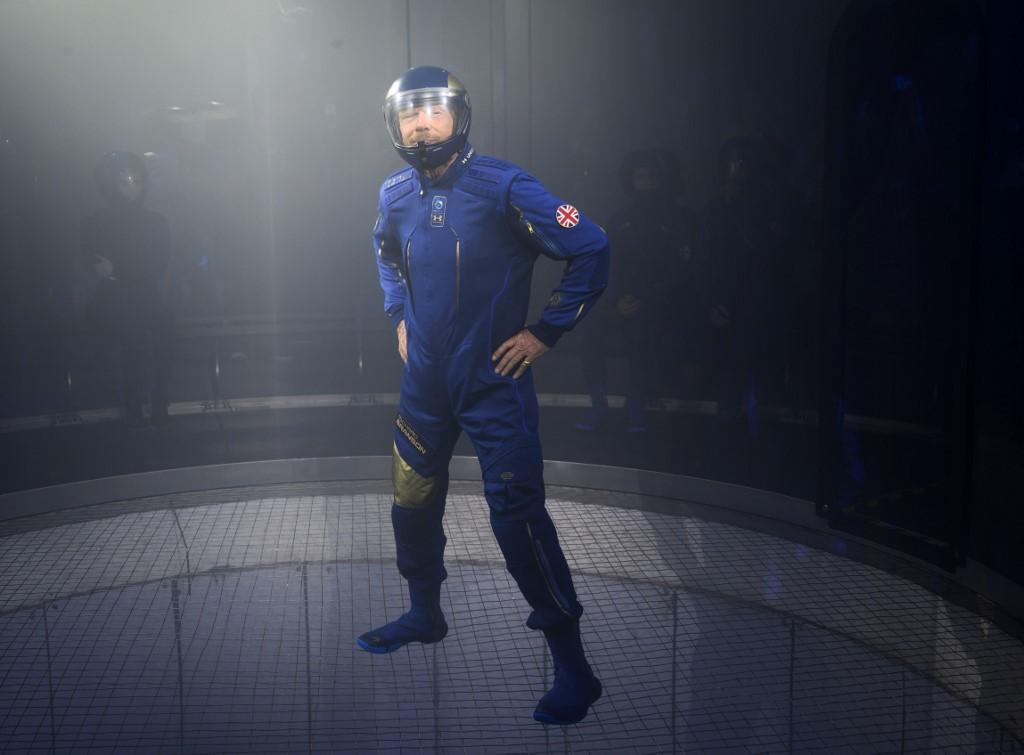 """เปิดตัวชุดอวกาศสำหรับลูกทัวร์ """"เวอร์จิน"""""""