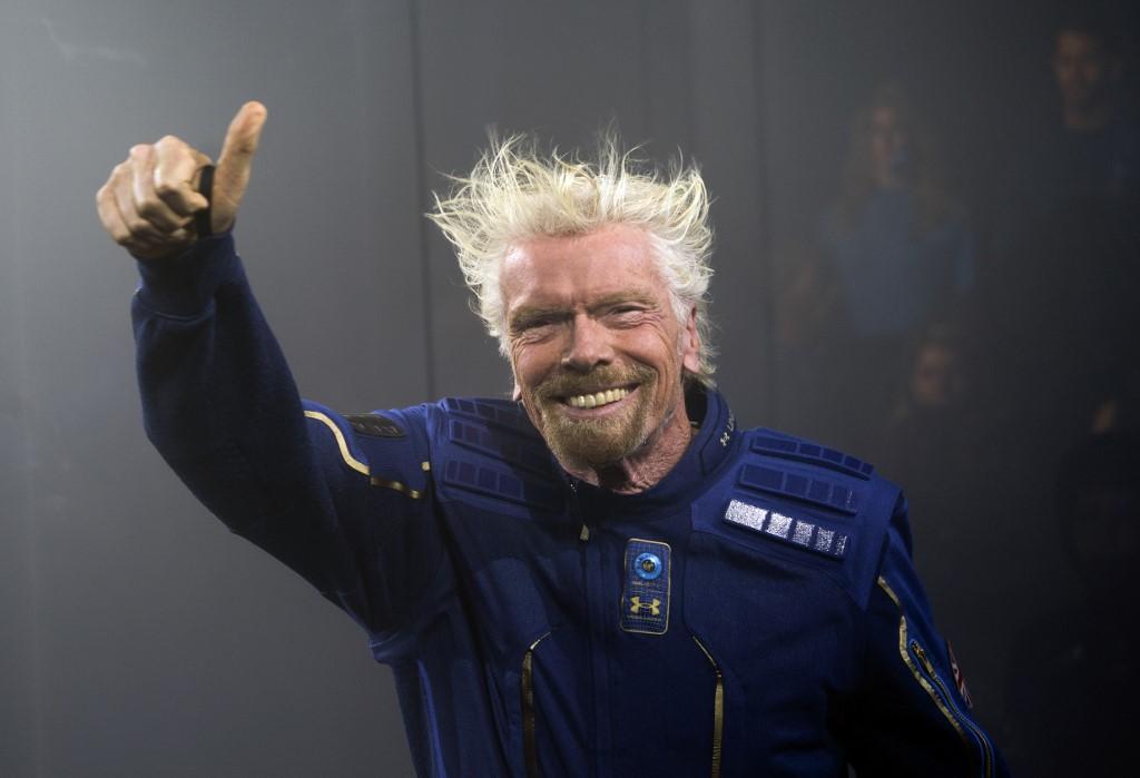 ริชาร์ด แบรนสัน เปิดตัวชุดอวกาศสำหรับลูกทัวร์เวอร์จิน กาแล็กติก (Don Emmert / AFP)