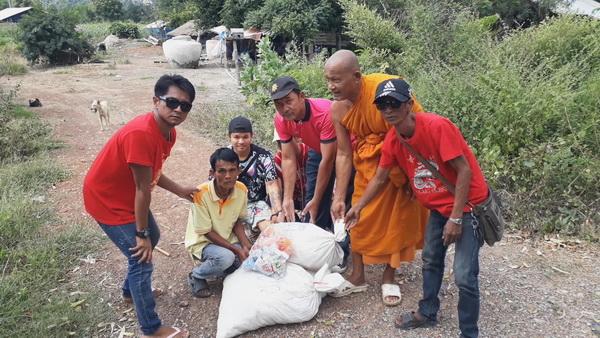 สาธุ!หลวงพ่อวัดถ้ำระฆังขนข้าวสาร-อาหารแห้งกว่า 3 ตันจากตักบาตรเทโว แจกคนจน-คนป่วย 12 หมู่บ้าน