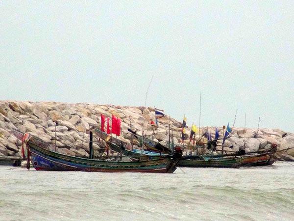 ชาวประมงชายฝั่งสงขลานำเรือหลบคลื่นลมแรง หยุดออกเรือทำประมงชั่วคราว