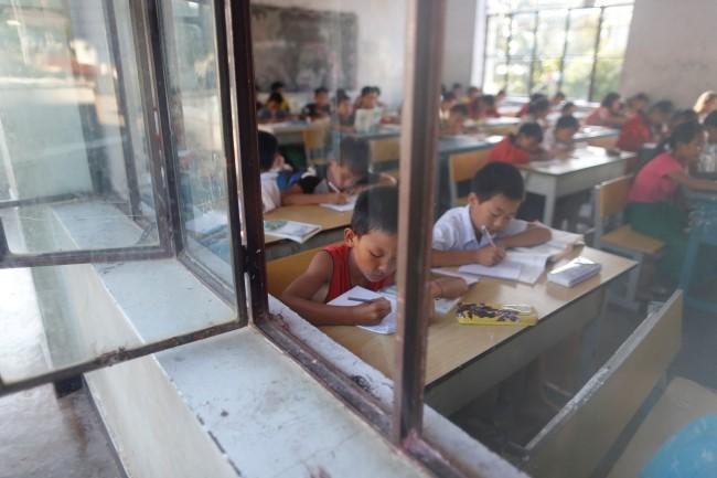 อดีตครูชาวพม่าใช้เทคโนโลยี AR ให้ความรู้เพศศึกษากับเด็กๆ หลังคดีข่มขืนในประเทศพุ่ง