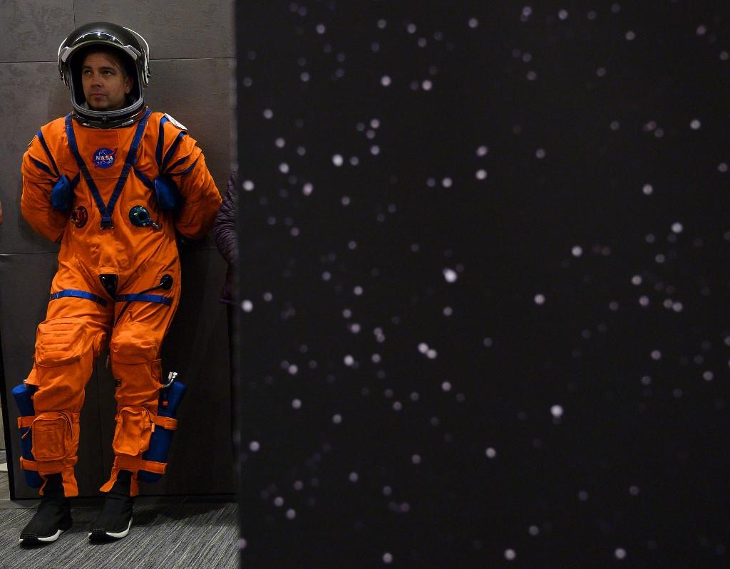 ดัสติน โกห์เมิร์ท (Dustin Gohmert) วิศวกรออกแบบชุดกู้ชีพลูกเรือระหว่างรอขึ้นเวทีเพื่อนำเสนอชุดอวกาศรุ่นใหม่ของนาซา (Andrew CABALLERO-REYNOLDS / AFP)