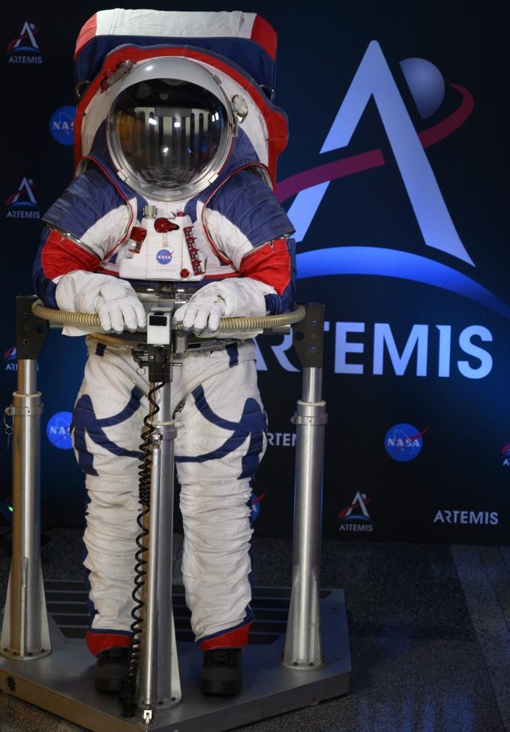 เอกซ์อีเอ็มยู ชุดอวกาศรุ่นใหม่ของนาซา (Andrew CABALLERO-REYNOLDS / AFP)