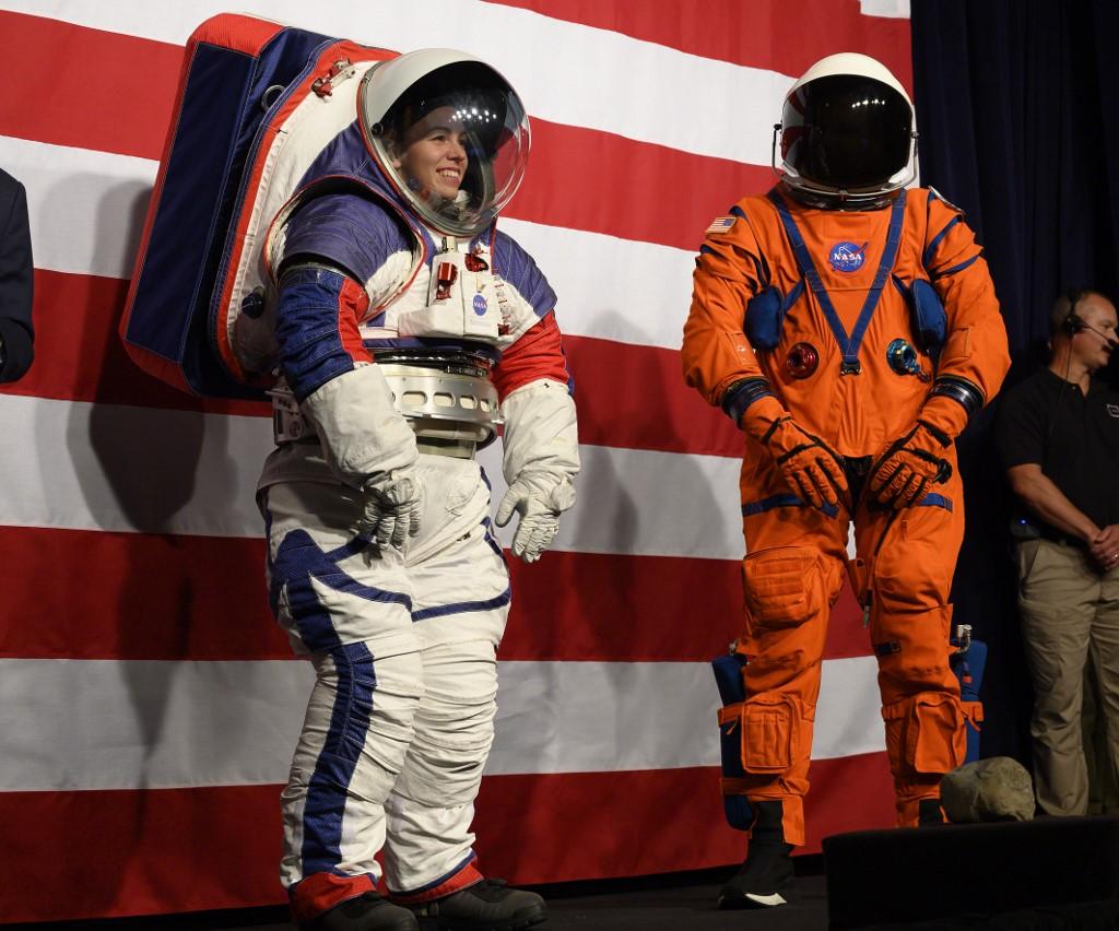 2 ชุดอวกาศรุ่นใหม่รองรับภารกิจในโครงการอาร์ทีมิสที่นาซาจะส่งคนกลับดวงจันทร์ในปี 2024 (ซ้าย) ชุดเอกซ์อีเอ็มยูสำหรับสำรวจพื้นผิวดวงจันทร์ และ (ขวา) ชุดกู้ชีพลูกเรือระหว่างโดยสารยานอวกาศ(Andrew CABALLERO-REYNOLDS / AFP)