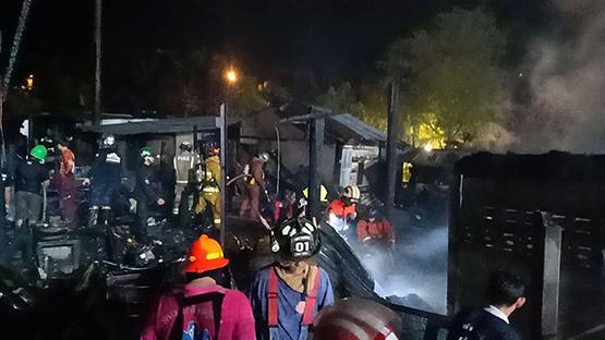 ปีนหน้าต่างหนีตาย ไฟไหม้ชุมชนริมทางรถไฟตลิ่งชัน วอด 10 หลัง