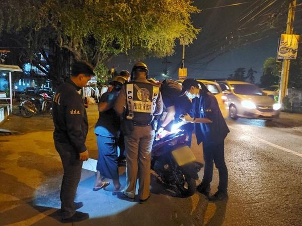 ป.ป.ส.-ร่วมตำรวจตั้งด่านสกัดแหล่งยาเสพติดย่านหัวหมาก ได้ใบและน้ำกระท่อมจำนวนมาก