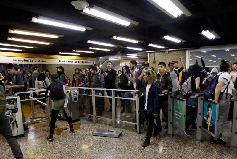 ผู้นำชิลีประกาศ 'ภาวะฉุกเฉิน' ในเมืองหลวง หลังเหตุประท้วงขึ้นค่าโดยสารรถไฟลามหนัก