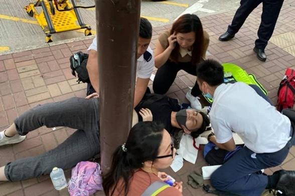 InPics&Clip: ประท้วงดุ! นักเคลื่อนไหวฮ่องกงถูกปาดคอใกล้กำแพงเลนนอนจากฝ่ายรักปักกิ่ง