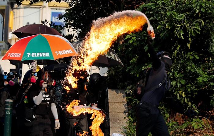 ม็อบหัวรุนแรงโจมตีร้านค้าจีน-สถานีรถไฟ  หลังผู้ประท้วงฮ่องกงถูกแทงขณะแจกใบปลิว