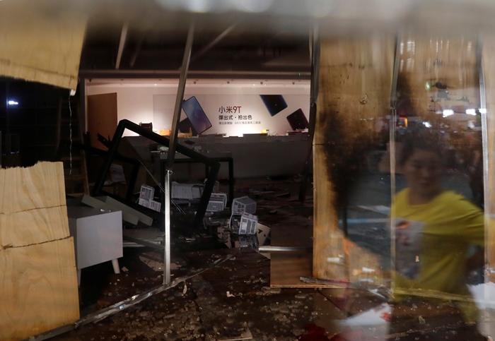 <i>ร้านของบริษัทเสี่ยวมี่ แห่งหนึ่งในฮ่องกง ถูกบุกทุบทำลายข้าวของ </i>