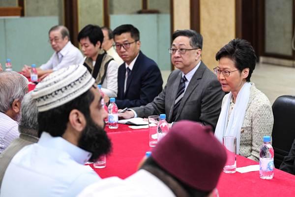ผู้นำฮ่องกง แคร์รี่ แลม (ขวา) และผู้บัญชาการตำรวจ Lo Wai-chung พบปะกับคณะผู้แทนของอิสลามิกแห่งฮ่องกง Incorporated Trustees of the Islamic Community Fund  เมื่อวันที่ 21 ต.ค. ผู้นำฮ่องกงรุดมาขอโทษเหตุการณ์ที่ตำรวจฉีดน้ำแรงดันสูงใส่มัสยิด Kowloon Masjid and Islamic Centre ในจิมซาจุ่ยระหว่างปฏิบัติสลายกลุ่มผู้ประท้วง (ภาพ รอยเตอร์ส)