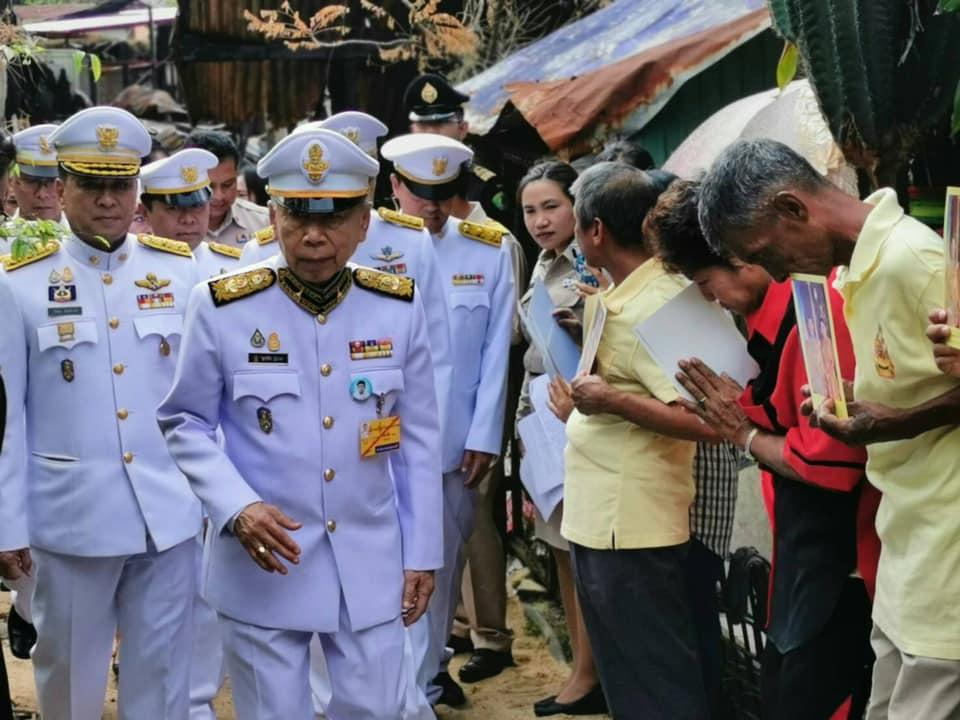 พระบาทสมเด็จพระเจ้าอยู่หัว  โปรดเกล้าฯ องคมนตรีเชิญถุงพระราชทานมอบแก่ผู้ประสบอัคคีภัย