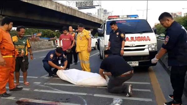 ลุงวิน จยย.ซิ่งเชียวรถกระบะผู้โดยสารร่วงกลางถนนถูกเก๋งทับเสียชีวิต