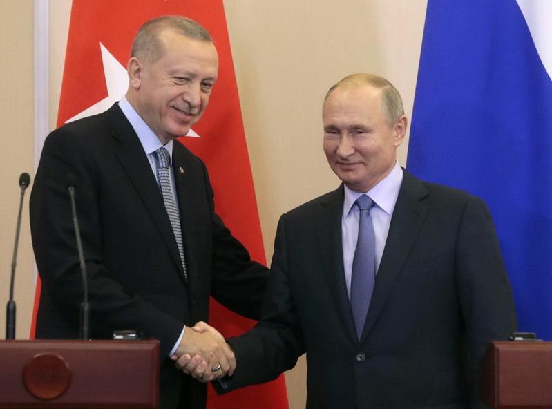 ประธานาธิบดี วลาดิมีร์ ปูติน แห่งรัสเซียจับมือทักทายประธานาธิบดี เรเจป ตัยยิบ แอร์โดอัน แห่งตุรกี ขณะเปิดแถลงข่าวร่วมหลังการประชุมหารือที่เมืองโซชิ เมื่อวันที่ 22 ต.ค.