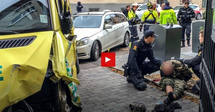 """In Pics&Clip: ออสโลป่วน """"คนร้ายควงปืนอูซี"""" ชิงรถพยาบาลฉุกเฉิน ก่อนตั้งใจพุ่งชนรถเข็นเด็กทารกแฝด"""