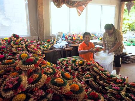 มือเป็นระวิง!ชาวลานดอกไม้ตก เร่งทำกระทงเปลือกข้าวโพดรับออเดอร์ทะลัก