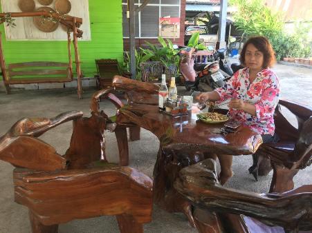 อำไพ จันทร์กุนี ลูกค้าประจำที่ต้องขับรถมา 7 กิโลฯ เพื่อผัดไทยอร่อยๆ ร้านขวัญใจชาวบ้านในย่านนี้