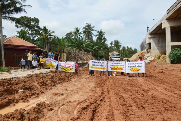 ชาวบ้านโวย!กรมทางหลวงชนบทก่อสร้างสะพานคู่ขนานข้ามทางรถไฟ กำแพงสูง4เมตร ทำเดือดร้อนหนัก น้ำท่วม ที่ดินตาบอด