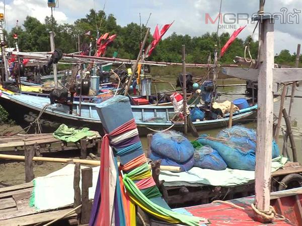 ประมงพื้นบ้านเมืองคอนเร่งนำเรือขึ้นฝั่งหลบมรสุมคลื่นลมแรง