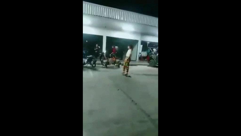 อนาถใจแท้!ตร.เร่งหาตัวสองสาวตบตีกันกลางลานจอดรถปั๊มชายแดนแม่สาย กองเชียร์ยุส่งซ้ำ