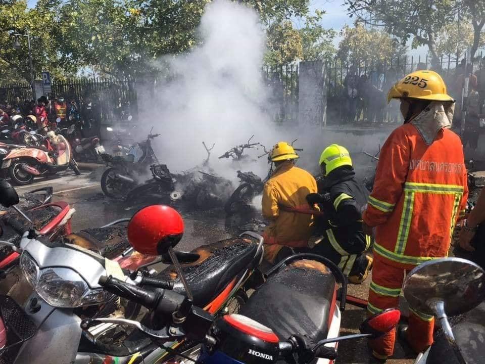 เพลิงไหม้มอเตอร์ไซค์ หน้าโรงพยาบาลศูนย์อุดรธานี วอดกว่า 30 คัน