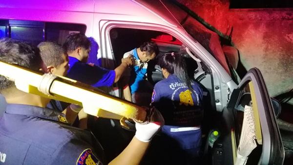 หวิดเกิดอุบัติเหตุหมู่ รถตู้ชนท้ายรถตู้ ขณะที่ผู้โดยสารเต็มคัน เจ็บหลายราย