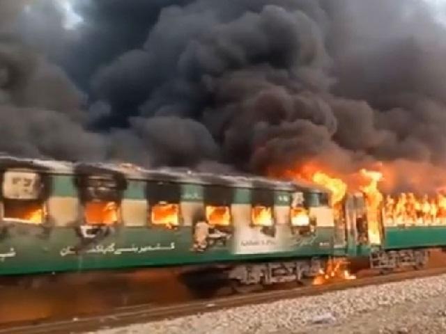 ไฟไหม้รถไฟปากีสถาน ตาย 13 เหตุผู้โดยสารแอบจุดเตาแก๊สทำอาหาร